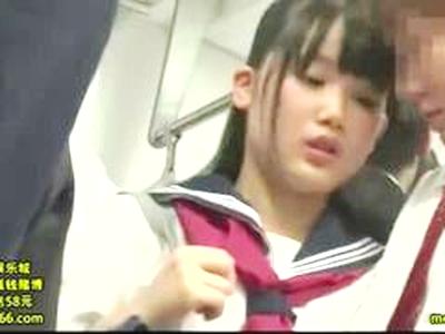 【なんちゃっての逆行為】「ムンムンしちゃった…」乳房女子高生が市電内で同級生と附着したら発情しおちんちん触りフェラしちゃう